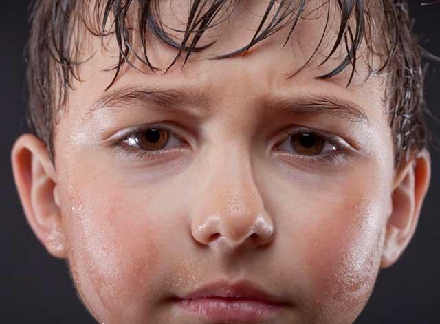 عرق کردن کودک و نوزاد نشانه چیست؟